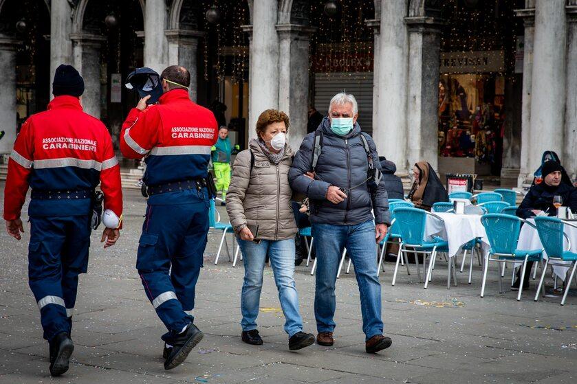Włochy, turyści w maseczkach