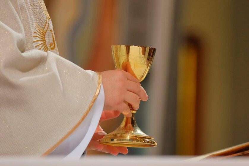 Ksiądz celebrujący mszę świętą