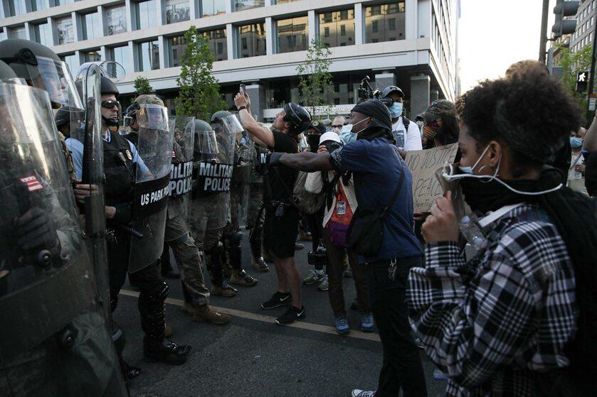 Policja i protestujący po śmierci George'a Floyda