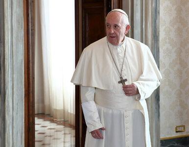 Papież Franciszek spotkał się z kobietą, którą uderzył w rękę. Uścisnął...