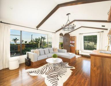 """Gwiazdor filmu """"Powrót do przyszłości"""" sprzedaje swój dom w Kalifornii...."""
