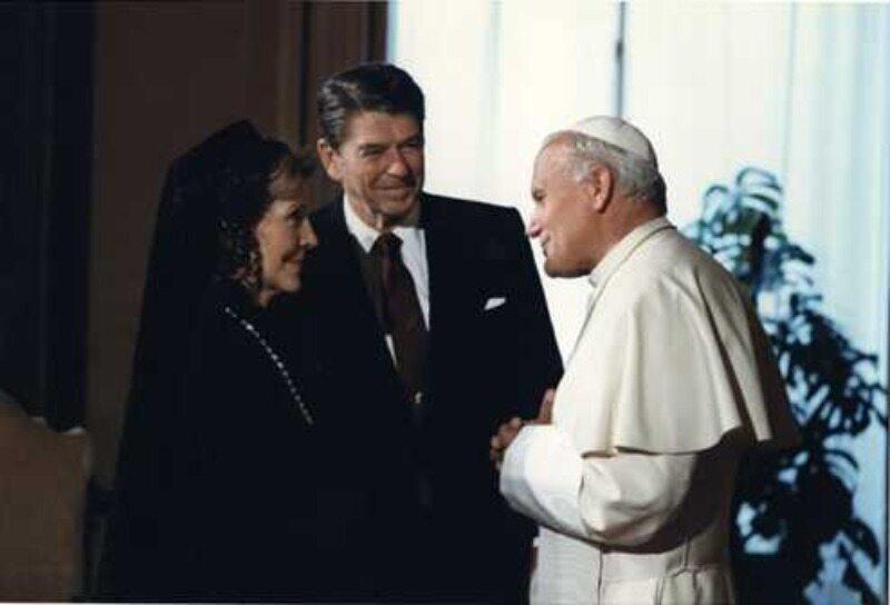Jan Paweł II na spotkaniu z Ronaldem Reaganem i jego żoną w Watykanie w 1982 r.