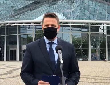 """Trzaskowski zorganizował konferencję przed siedzibą TVP. Mówił o """"sianiu..."""