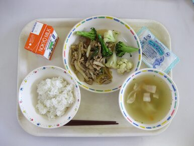 Nic dziwnego, że dzieci nie jadły w szkole. Włosy, owady, plastik i...