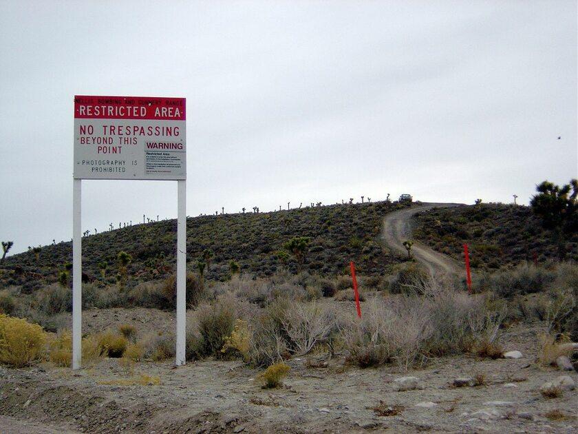 Znaki przed wjazdem do Strefy 51