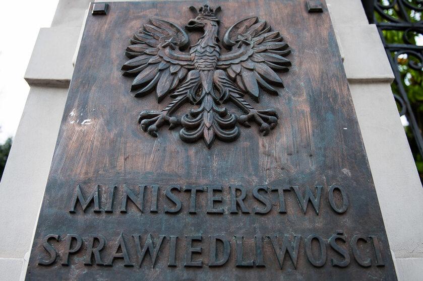 Tablica przed Ministerstwem Sprawiedliwości
