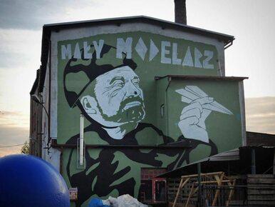 """Antoni Macierewicz bohaterem muralu. """"Mały modelarz"""""""