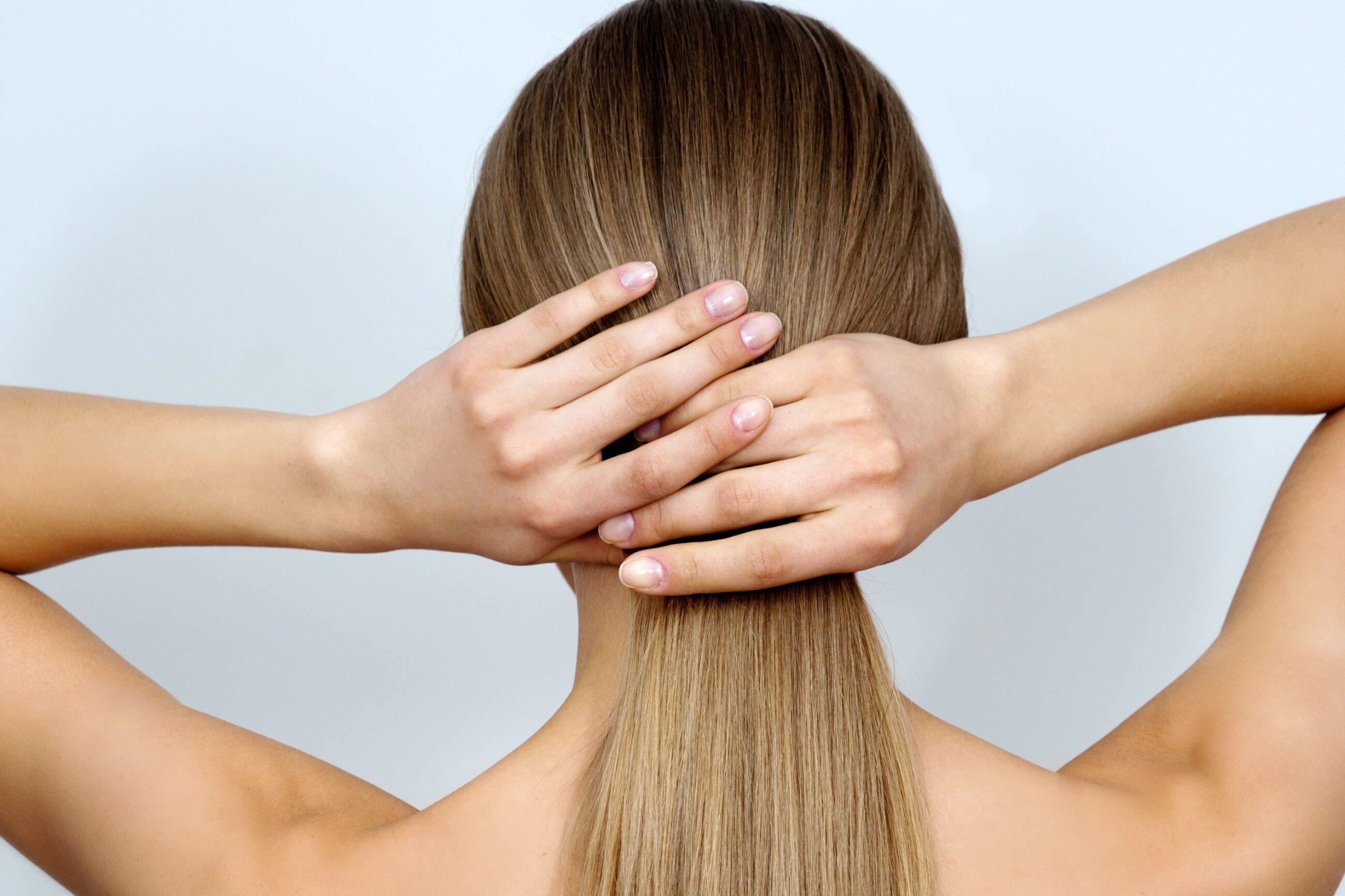 Średnica żeńskiego włosa jest: