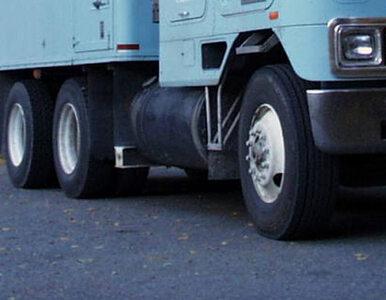"""Zderzenie trzech ciężarówek na krajowej """"94"""". Droga zablokowana"""