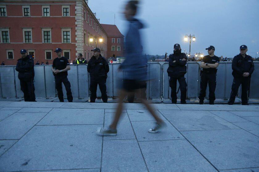 Policja zabezpiecza miesięcznicę smoleńską we wrześniu 2017 roku