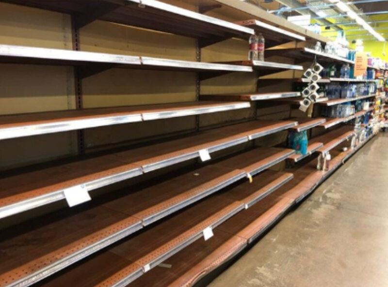 Puste półki w sklepach w USA na zdjęciach aktora Andrea Boccalettiego