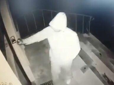 Nieznany sprawca pomalował drzwi biura PiS. Poseł szuka tego mężczyzny