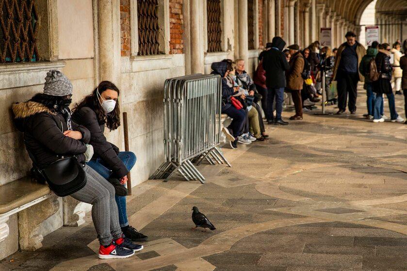 Turyści w Wenecji w maskach ochronnych