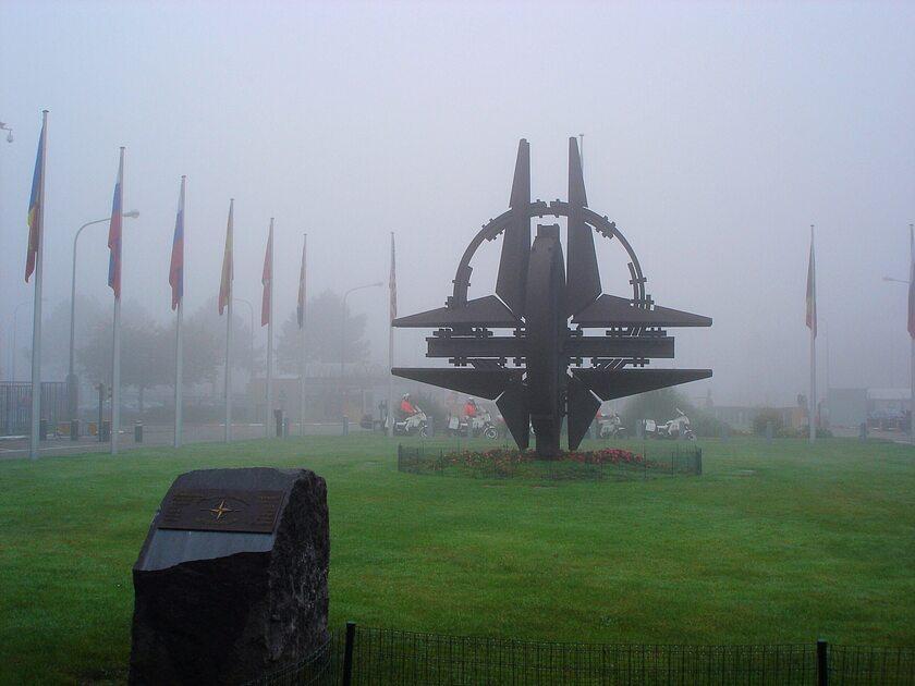 Pomnik przed kwaterą główną NATO