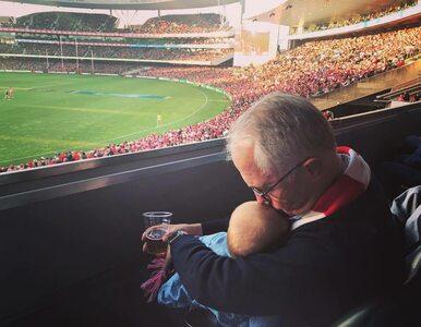 Premier wstawił zdjęcie, na którym trzyma piwo i całuje wnuczkę....