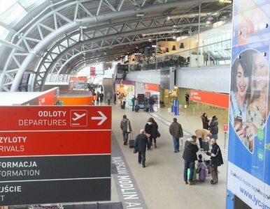 """Incydent z udziałem policjantów na lotnisku w Modlinie. """"Zachowywali się..."""