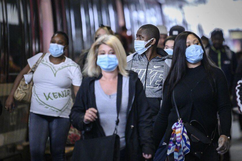 Ludzie w maskach ochronnych, Paryż
