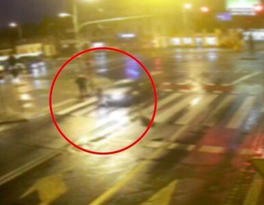 Film dowodzi, że piesza wbiegła przed maskę. Ale kierowca zachował się...