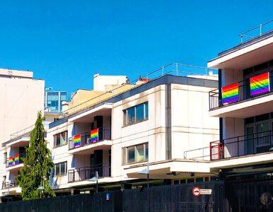Tęczowe flagi przed ambasadą USA w Warszawie. Prezydent Trump wspiera LGBT
