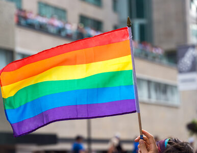 Okrzyki i flaga LGBT na mszy św. Ksiądz pisze o terrorystach z tęczową...
