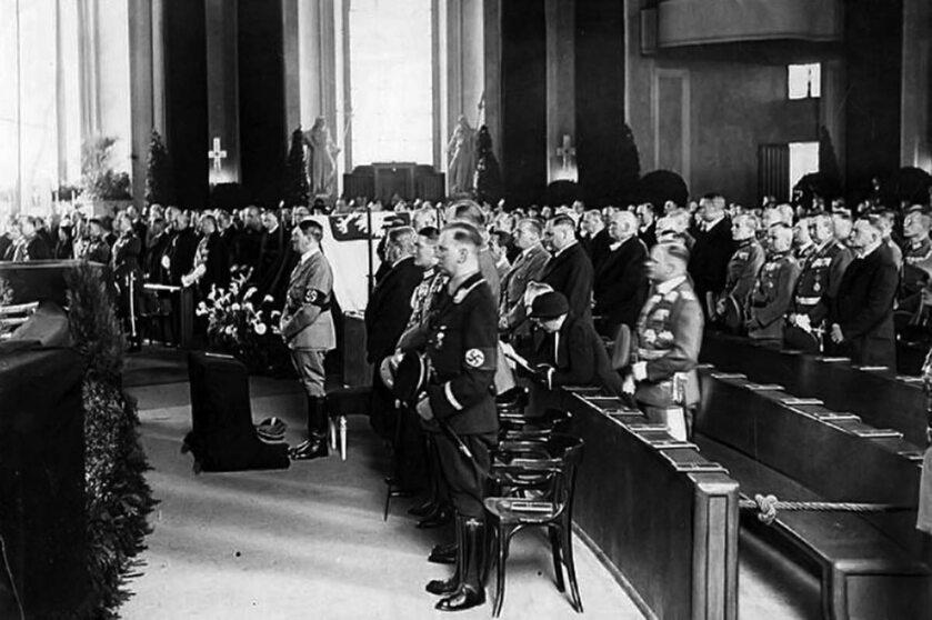 Uroczystość żałobna w Berlinie po śmierci Marszałka Józefa Piłsudskiego. W centrum Adolf Hitler
