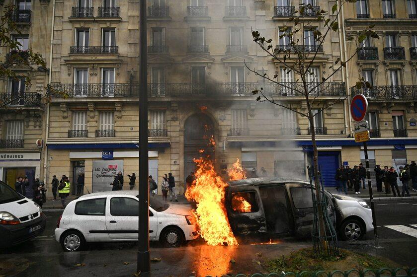 """Zamieszki w Paryżu w rocznicę pierwszego protestu """"żółtych kamizelek"""""""
