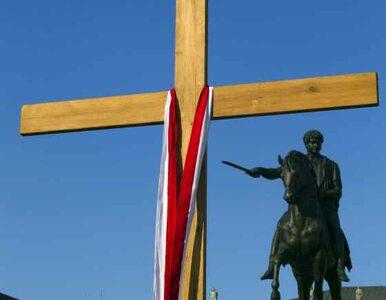 Politycy PiS nie mogli podejść pod krzyż. Ale kwiaty złożyli