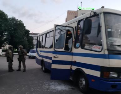 Łuck. Zakładnicy odbici po szturmie. Porywacz autobusu w rękach policji